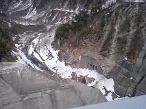 ダムから望む渓谷